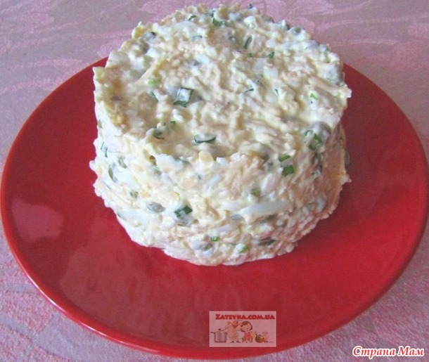 Салат с куриным филе, яйцами, сыром и зеленым горошком