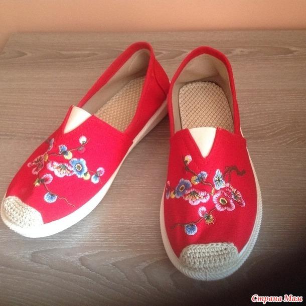 Туфли парусиновые с вышивкой.