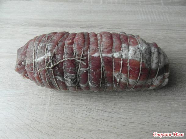 Мясной рулет с салями.