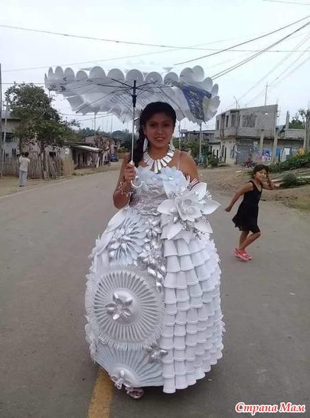 Экологически продвинутая невеста - Платье из пластиковой посуды.