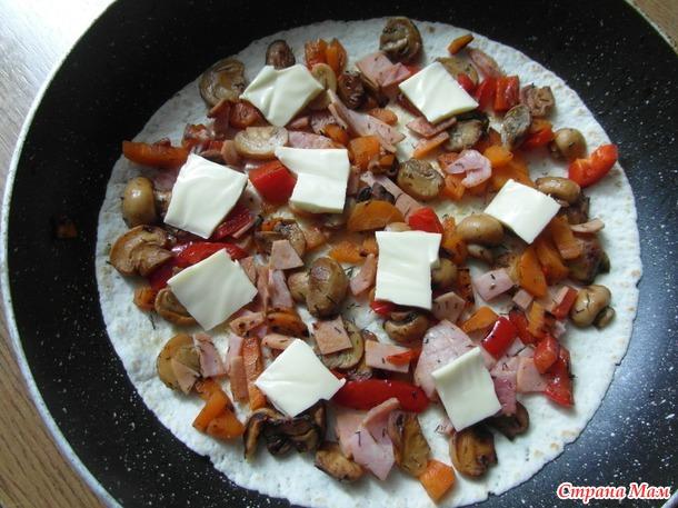 Тортилья (лаваш) с грибами.