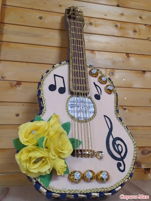 Конфетный букет гитара, доставка цветов