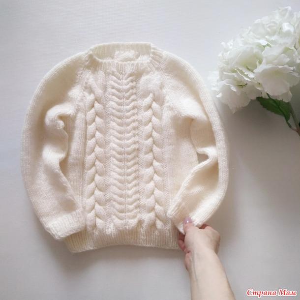 Белый джемпер с косами