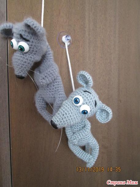 Вязаные приколы - мышка на веревочке.