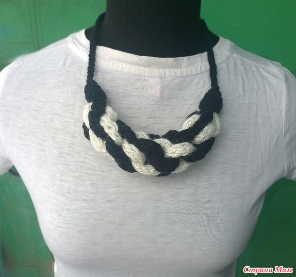 Вязаное черно-белое колье