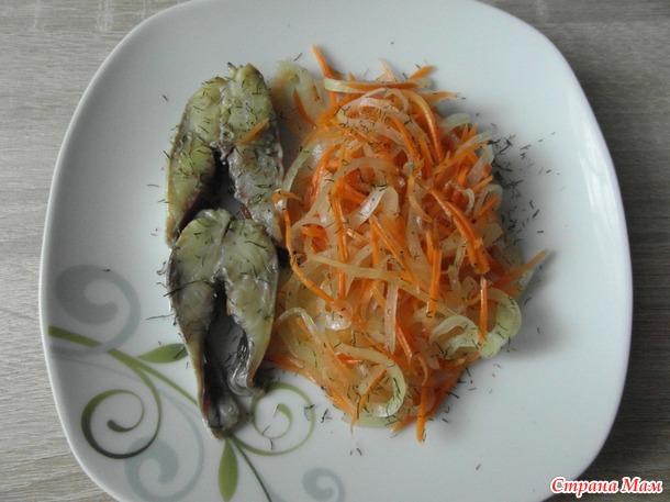 Селедка в маринаде с морковью и луком.