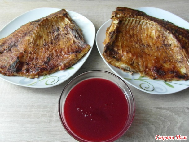 Карп с соусом из красной смородины.