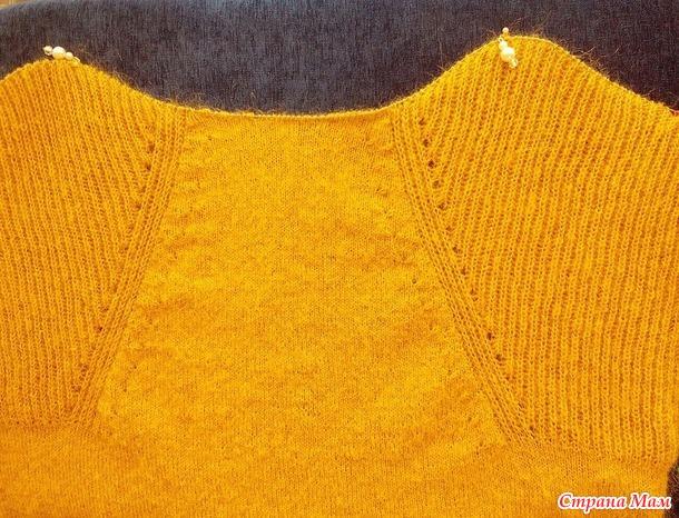 Совместник по пуловеру с имитацией регланной линии.