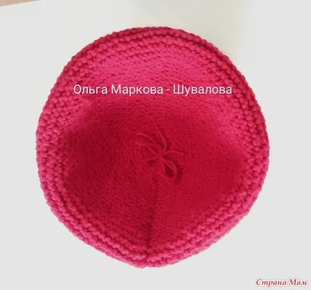 Красные шапка и манишка для девочки