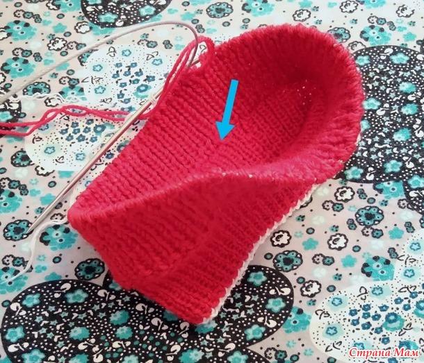 Красные шапка и манишка для 5-летней внучки