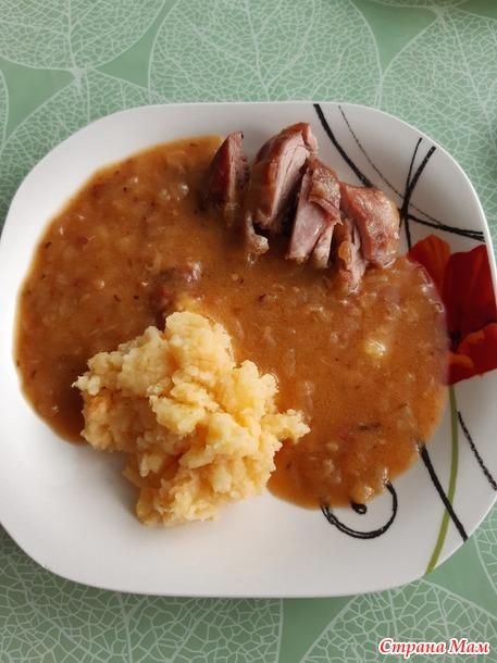 Мясо индюшки с соусом.
