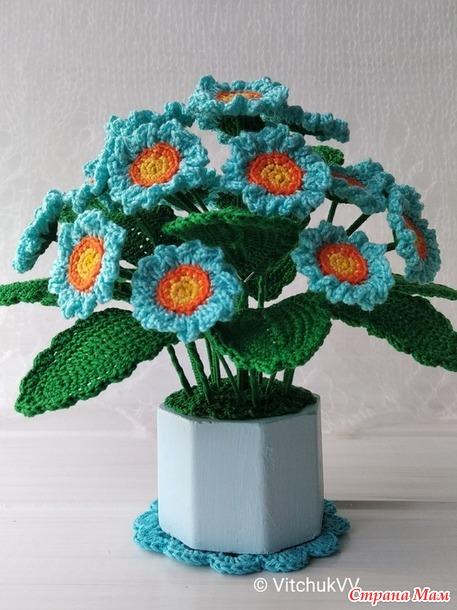 Цветы в горшке, связанные крючком. Примулы голубая и бордовая.