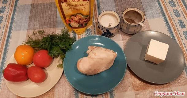 Салат с курицей, сыром «Фета» и овощами