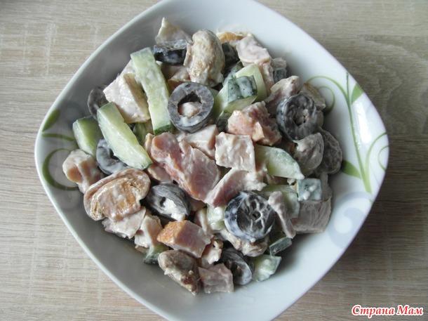Салат с копченным окорочком и огурцом.